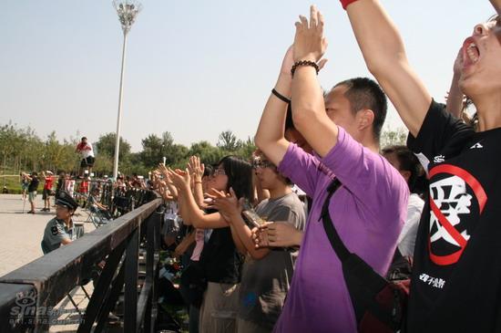 图文:北京流行音乐节开唱--鼓掌叫好