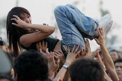 北京流行音乐节第一天光脚谢天笑唱HIGH(组图)