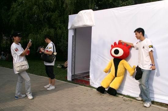 图文:北京流行音乐节-小浪在展位前和歌迷合影