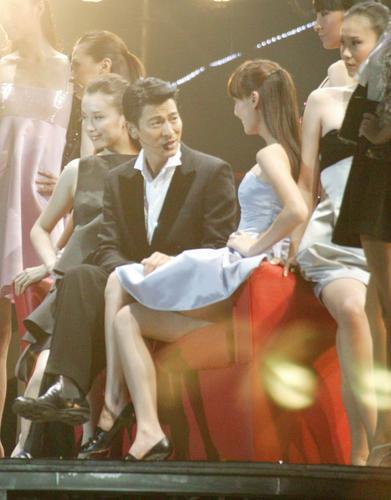 刘德华摸美女嫩白大腿享尽艳福
