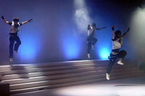 图文:中国金唱片奖新人歌会和平组合热舞