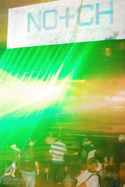 图文:北欧音乐节第二晚--听众开始跳舞