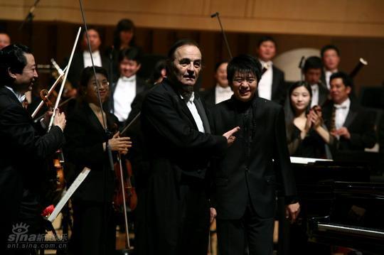 图文:国际音乐节5日演出--共同携手感谢观众