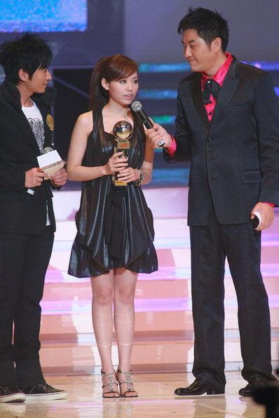 图文:张靓颖获最佳舞台演绎奖致辞感谢歌迷