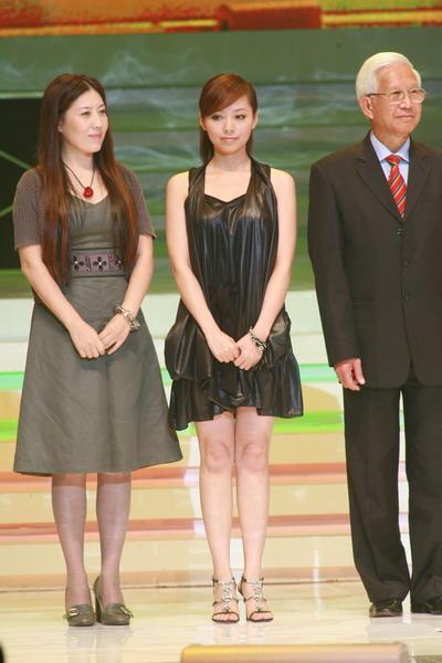 图文:张靓颖黑色短裙亮相获颁最佳舞台演绎奖