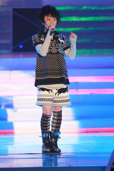 图文:黄雅莉可爱装扮登台献唱展示青春活力