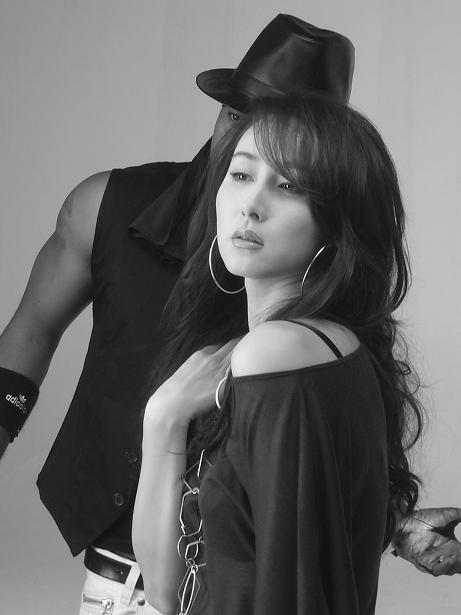 胡静泰国拍MV与黑人贴身热舞展妖艳风情(组图)