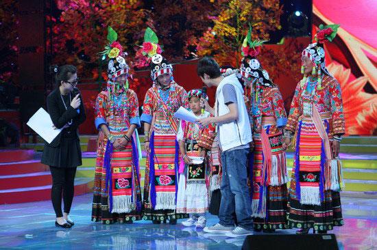 """图文:""""十月放歌""""彩排精彩纷呈--李湘何炅对话嘉宾"""