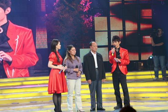 图文:《十月放歌》第一场精彩呈现--主持人何炅李湘