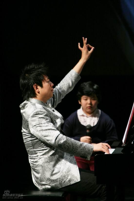 图文:国际音乐节郎朗公开课--郎朗给手势