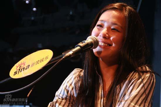 图文:张悬北京弹唱会--笑容甜美