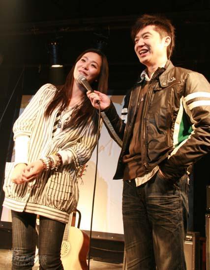 图文:张悬北京弹唱会--乐迷要求安可