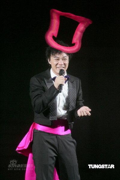 图文:陈奕迅精彩演唱会--可爱粉色礼帽