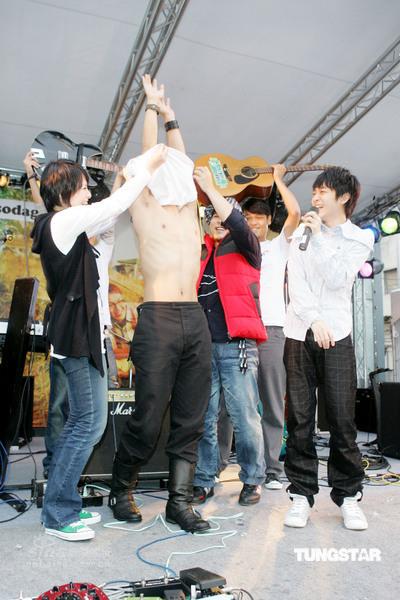 组图:苏打绿户外快活签唱成员赤膊上阵表诚意
