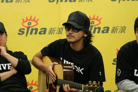 图文:张震岳热狗做客聊个唱-冷酷吉他手