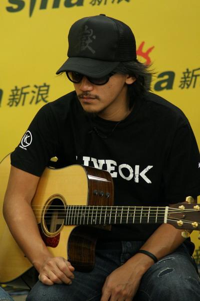 图文:张震岳热狗做客聊个唱-抱吉他上阵