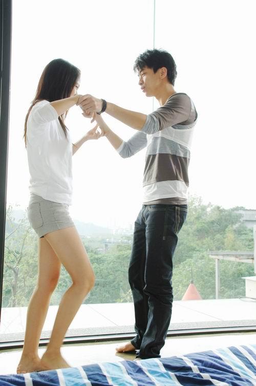 图文:光良与餐厅美女热拍mv 窗台上赤脚跳舞