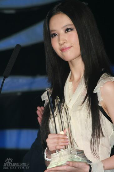 图文:大学生音乐节颁奖礼--刘亦菲气质脱俗