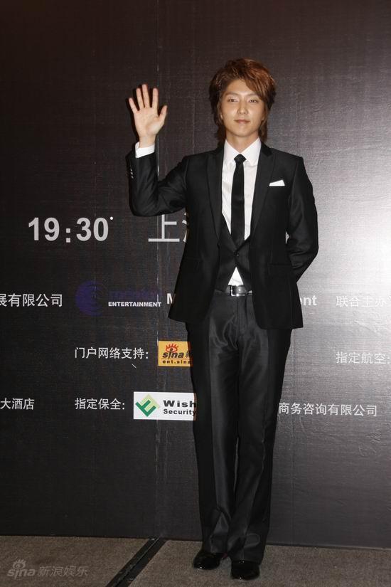 李准基上海宣传演唱会 穿正装帅气有型