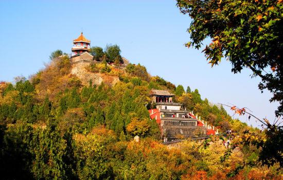 百望山这座太行山余脉插入北京后的最后一道山梁,由于其特殊地理条件和植被情况,红叶季节的美景也同样可观