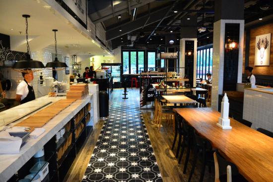 咖啡店的装饰风格以黑白色调为主