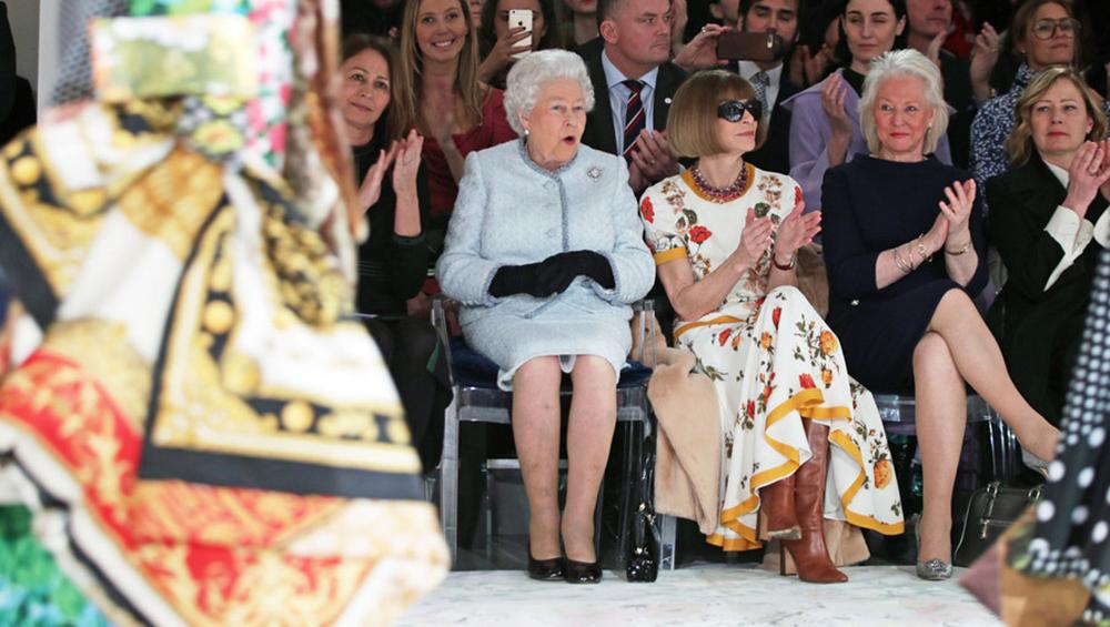 """英国女王与安娜-温图尔同框看秀 时尚""""女王""""拒摘墨镜"""
