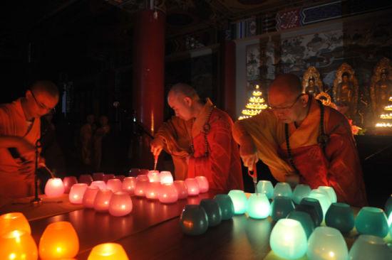 宗性大和尚、智海大和尚点灯,今年传灯法会使用的烛灯别具一格很有艺术感