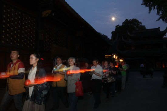在十五圆月的照耀下,文殊院里传灯的人们已然脱俗