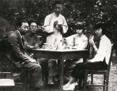张爱玲的父亲张志沂(左二),母亲黄素琼(右二),姑姑张茂渊(右一)等在天津英租界住处的花园里。