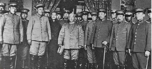 1912年3月10日,袁世凯在北京原清政府外务部公署宣誓就任临时大总统后,与北洋将领合影