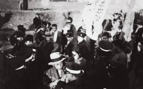 一二·九运动中的陈翰伯 (下方中间戴礼帽者) , 燕京大学新闻系学生。 1937年他陪同埃德加·斯诺夫妇赴延安。 1949年之后从事新闻出版工作