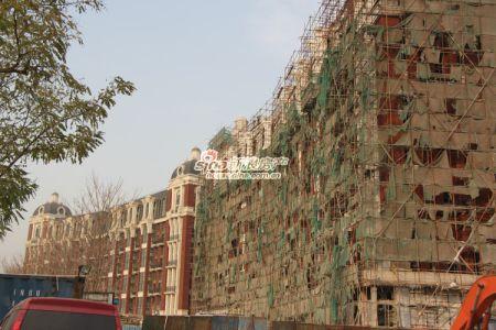 图为西山国际城施工中楼体