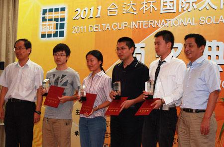 专家为参赛者颁奖 东南大学建筑学院折桂