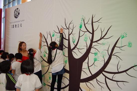 成立仪式之后,生态环保袋创意比赛在现场举行,掀起了一场生态创意的高潮,学生在空白环保袋上绘制自己心目中的环保生活方式,在1个小时的时间内,100多份自主创意的绘画作品呈现在我们眼前,孩子们心中对绿色、健康、保护地球的愿望生动而真诚。比赛过后,学生们共同在大厅生态手印树上留下绿色手印,共同倡导低碳、节约、生态的生活方式!