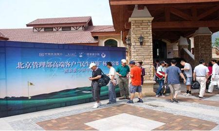 图为高尔夫选手们在签到板上签到图片