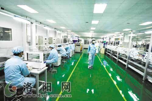 在中航锂电(洛阳)产业园电池生产车间,工人们在生产大容量锂离子