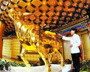 """一吨重金牛当""""镇楼之宝""""-华西村30亿建起328米高 黄金酒店图片"""