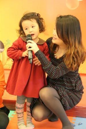 图为金色漫香苑亲子活动中孩子和家长合唱歌曲
