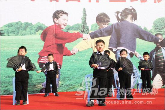 活泼可爱的小朋友表演舞蹈
