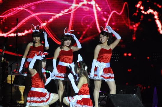 长春大学在校学生表演可爱的兔子舞