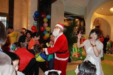 图为圣诞老人给孩子们送礼物