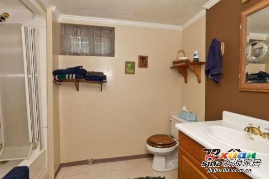 卫生间的柜子可以到橱具公司定做,不过要做下面有金属脚悬空的,否则以后漏水了不好修,平时打扫也方便。卫生间一定要做防水,包括地面、墙壁。洗脸盆和龙头的尺寸要配套。 腰线和花砖要事先想好 卫生间瓷砖有腰线和花砖的要事先想好,将来其他东西装好了不要挡住或冲突。如果是在尺寸没量好的情况下铺装的,装台盆时才发现腰线贴低了,只好把台盆的腿锯短。