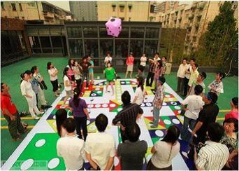 真人版飞行棋:体验自己身为棋子的感觉,从活动当中体验互动环节的