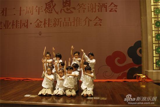 建业小哈佛幼儿园的孩子们表演的团体舞蹈