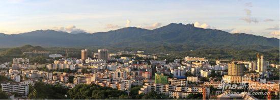 保亭不仅生态环境优越,山水环绕的县城也非常整洁漂亮.