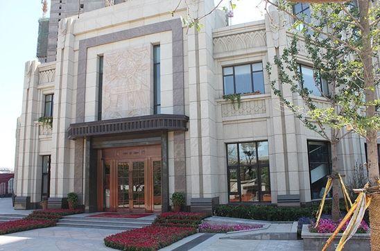 北宁湾销售中心米色大理石石材外檐搭配欧式紫铜门,彰显高端品味.