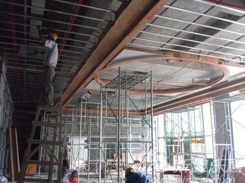装修现场看到,写字楼的装修正在进行中.在大堂,装修人员正在高清图片