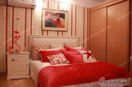 客厅和卧室都采用高级复合木地板材料