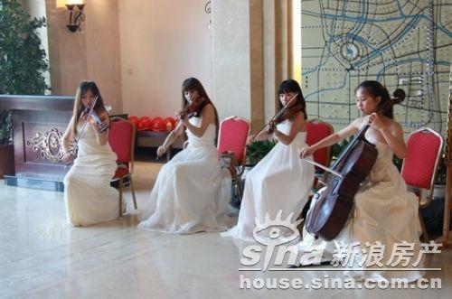 一开场,组合的电声小提琴齐奏就加热了现场气氛
