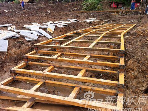 现场工地可见,数十个工人正在进行土石方搬运,木栈道钢结构架,服务